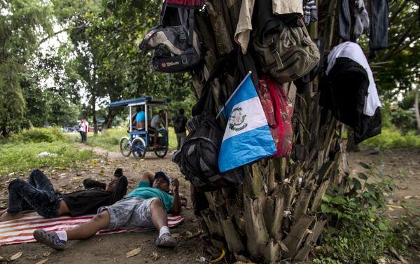 Migrantes se preparan para cruzar el Río Suchiate al lado mexicano - Sputnik Mundo