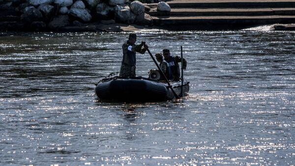 Elementos de la Marina mexicana patrullan el Río Suchiate vigilando la frontera sur de México (archivo) - Sputnik Mundo