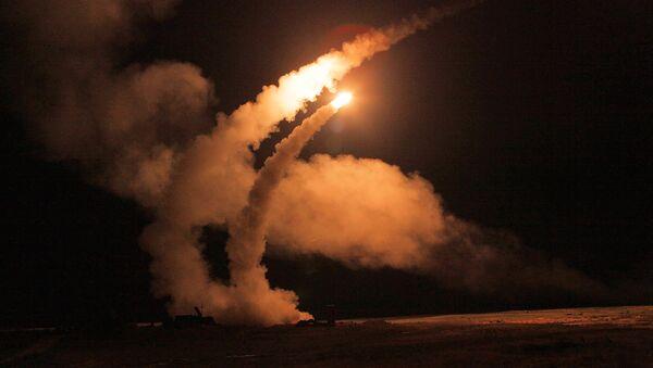 Sistemas antiaéreos S-400 lanzan misiles - Sputnik Mundo