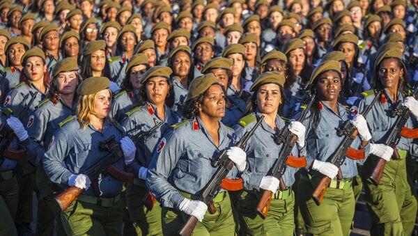 Soldadas cubanas durante un desfile militar en la isla - Sputnik Mundo