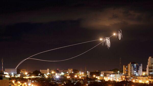 El sistema antimisiles israelí Cúpula de Hierro intercepta los misiles lanzados desde Gaza - Sputnik Mundo