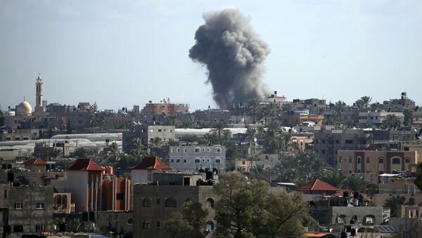 Israel bombardea Gaza tras el disparo de cohetes contra su territorio - Sputnik Mundo