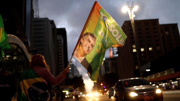 Bandera con un retrato de Jair Bolsonaro - Sputnik Mundo