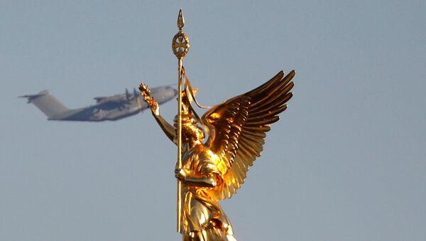 Un avión Airbus A-400 M de la Fuerza Aérea alemana sobrevuela la estatua dorada de Victoria sobre la Columna de la Victoria en Berlín. - Sputnik Mundo