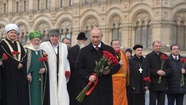 De izquierda a derecha: el presidente del Consejo de Muftíes de Rusia, Ravil Gainutdin, el presidente de la Junta Espiritual Central de Musulmanes de Rusia, Talgat Tajuddin, el presidente del Centro de Coordinación de Musulmanes del Cáucaso del Norte, Ismail Berdiev, el líder de la Iglesia ortodoxa Rusa de los Viejos Creyentes, Kornili, el presidente Vladímir Putin, el jefe de la Sangha Tradicional Budista de Rusia, Damba Ayusheev, el arzobispo de la Iglesia evangélica Luterana de Rusia, Dietrich Brauer, y el secretario general de la Conferencia de los Obispos Católicos de Rusia, Igor Kovalevski. - Sputnik Mundo