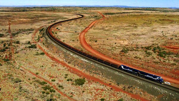 Un tren con mineral de hierro de BHP Billiton pasa por Australia Occidental - Sputnik Mundo