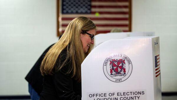 Una mujer vota en las elecciones de mitad de mandato en EEUU - Sputnik Mundo