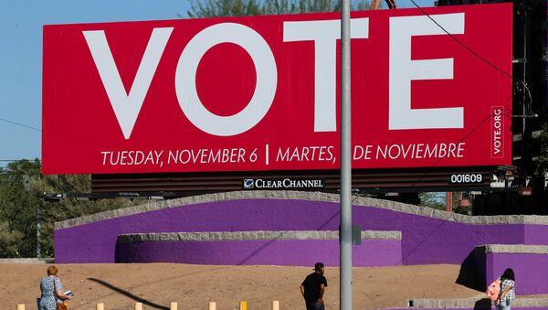 Un cartel que llama a votar en elecciones de medio mandato en EEUU - Sputnik Mundo