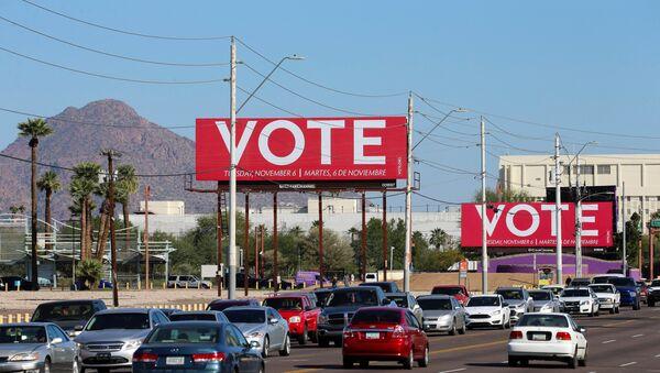 Unos carteles que llaman a votar en elecciones de medio mandato en EEUU - Sputnik Mundo