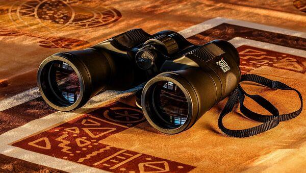 Unos binoculares (imagen referencial) - Sputnik Mundo
