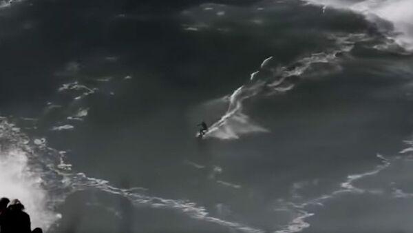 Un surfista sobrevive tras sumergirse bajo una ola de 20 metros - Sputnik Mundo