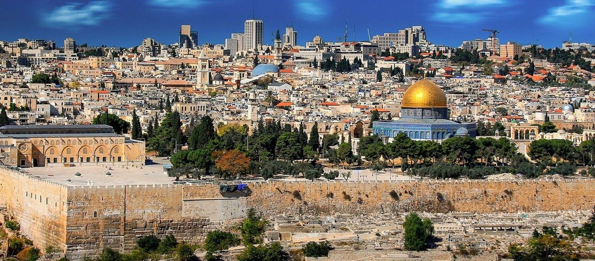 Jerusalén es considerada una ciudad sagrada para las tres principales religiones monoteístas del mundo: el judaísmo, el cristianismo y el islam. También es disputada por Palestina e Israel, que consideran la ciudad capital de sus respectivos Estados. - Sputnik Mundo, 1920, 20.01.2021