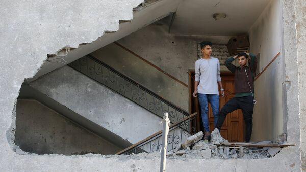 Un edificio destruido en Gaza - Sputnik Mundo