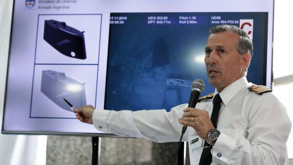 El portavoz de la Armada argentina, Enrique Balbi, enseña las imagenes de los restos del ARA San Juan - Sputnik Mundo