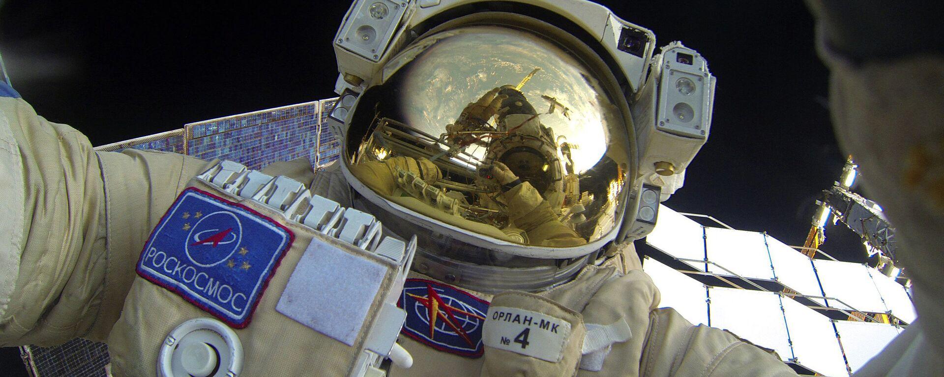Cosmonauta ruso durante una caminata espacial cerca de la EEI - Sputnik Mundo, 1920, 28.05.2021