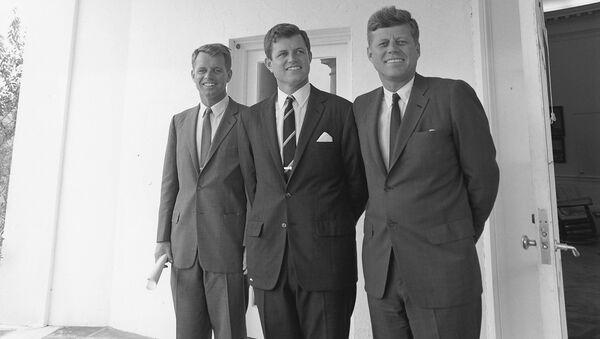 John F. Kennedy junto a sus hermanos - Sputnik Mundo