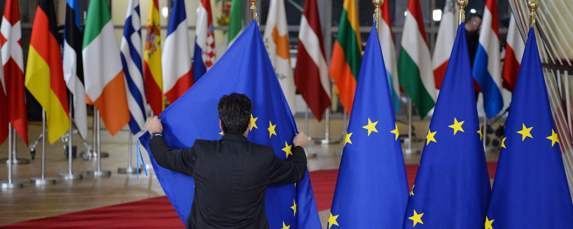Las banderas de los países de la UE y bandera de la UE en Bruselas - Sputnik Mundo, 1920, 12.08.2021
