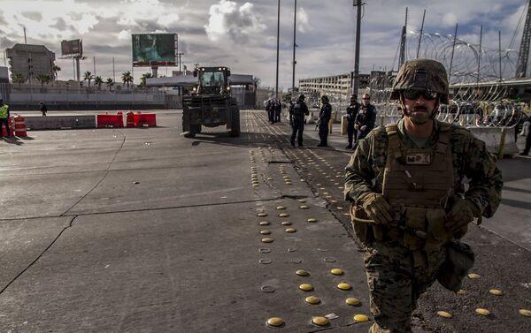 Elementos del Ejército de EEUU ponen barricadas del lado mexicano de la frontera en la garita San Ysidro - Sputnik Mundo