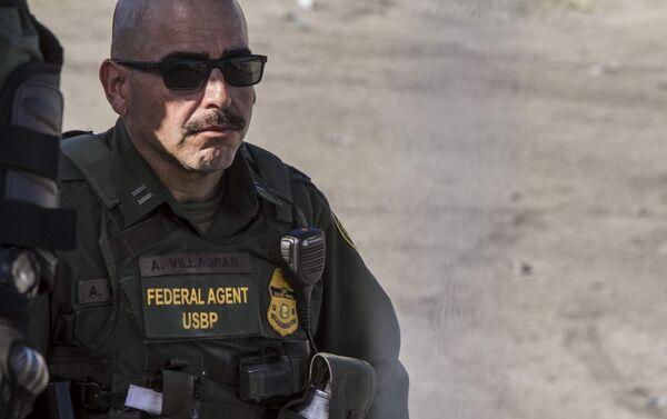 Agente de la USBP (border patrol) que disparó gases lacrimógenos contra la manifestación de centroamericanos en territorio mexicano - Sputnik Mundo