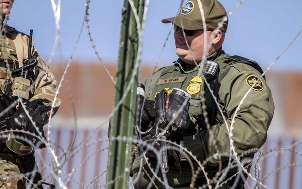 W. Vivian agente de la USBP (border patrol) que disparó gases lacrimógenos contra la manifestación de centroamericanos en territorio mexicano - Sputnik Mundo