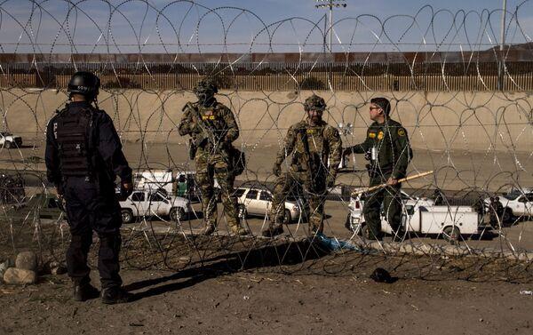 Elemento de la Policía Federal mexicana obedece las órdenes de los agentes de la USBP (border patrol norteamericana) - Sputnik Mundo
