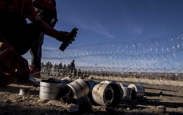 Cartuchos de gases lacrimógenos disparados por elementos de la USBP (border patrol) contra una manifestación en territorio mexicano - Sputnik Mundo