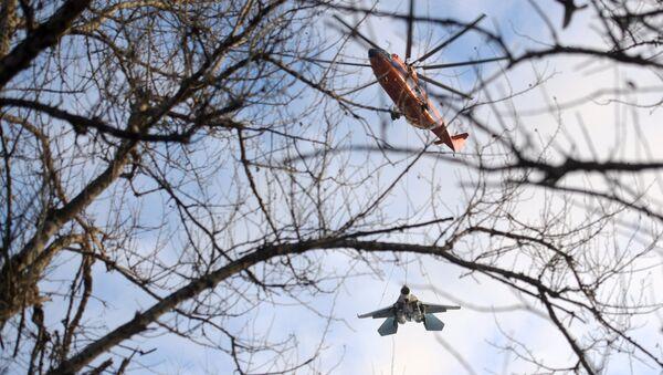 Un helicóptero Mi-26 transporta a un caza Su-27 - Sputnik Mundo