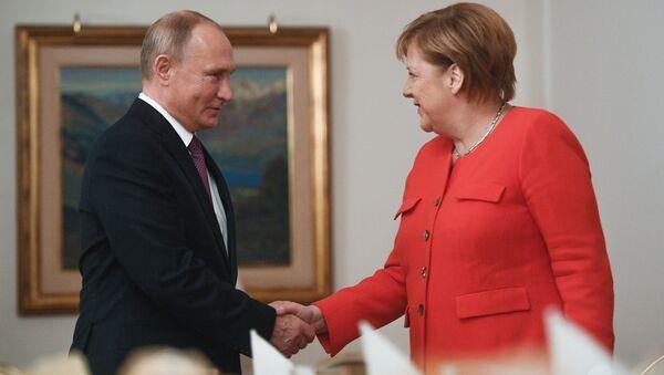 El presidente ruso, Vladímir Putin, y la canciller alemana, Angela Merkel - Sputnik Mundo