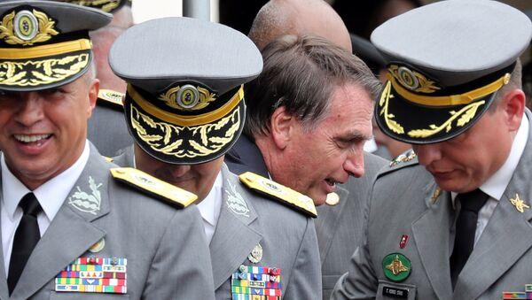 Jair Bolsonaro conversando con militares, durante la graduación de los oficiales de la academia militar de Agulhas Negras en Resende, Brasil - Sputnik Mundo