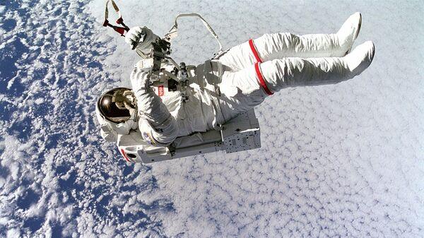 Un astronauta en el espacio, referencial - Sputnik Mundo