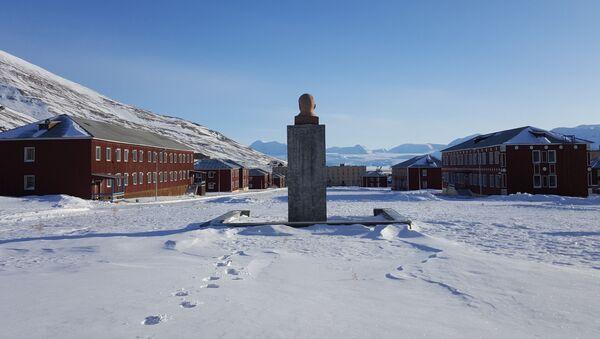 Vista del monumento a Vladímir Lenin y unos edificios del pueblo Piramida en el archipiélago de Svalbard - Sputnik Mundo