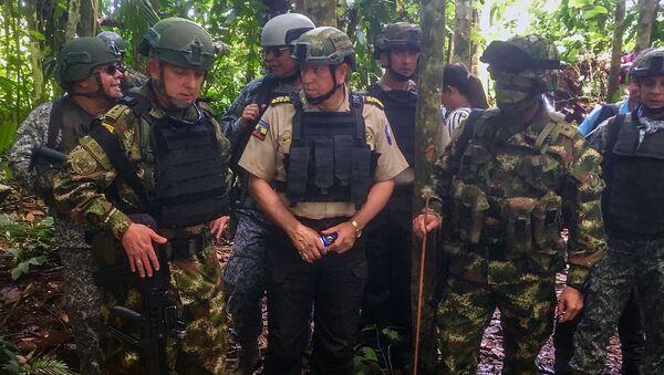 El comandante de las Fuerzas Militares de Colombia, Alberto José Mejía (izda.) y el general ecuatoriano Ramiro Mantilla (centro) - Sputnik Mundo