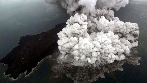 La erupción del volcán Anak Krakatau en Indonesia - Sputnik Mundo