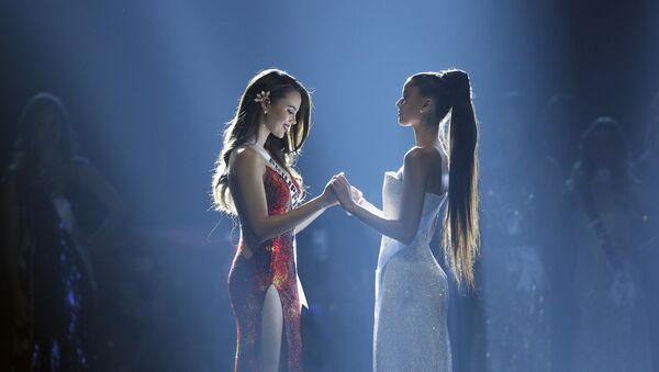 Catriona Gray (izda.), Miss Filipinas, y Tamaryn Green (dcha.), Miss Sudáfrica, en la final del certamen de belleza Miss Universo celebrado en Bangkok (Tailandia) el 17 de diciembre de 2018 - Sputnik Mundo