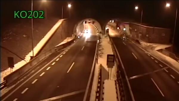 Un conductor sobrevive al 'salto mortal' de su BMW - Sputnik Mundo