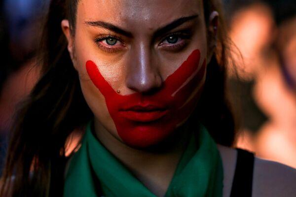 En vísperas del Día Internacional Contra la Violencia de Género, el 22 de noviembre, las mujeres chilenas salieron a las calles de Santiago en una marcha para condenar el sexismo que aún existe en la sociedad. - Sputnik Mundo