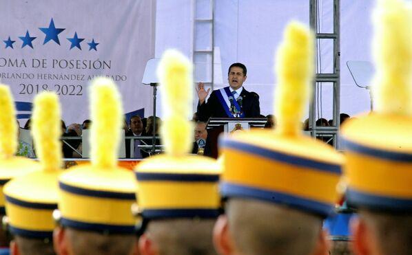 El 27 de enero en Honduras tuvo lugar la toma de posesión de Juan Orlando Hernández, primer presidente reelecto en la historia democrática del país. La investidura se hizo posible después de los cambios realizados durante su Gobierno a la Constitución para legalizar la reelección presidencial, lo que provocó el rechazo de gran parte de la población del país. - Sputnik Mundo