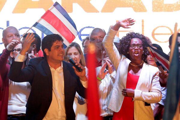 Tras las elecciones presidenciales del 1 de abril en Costa Rica, el candidato por el Partido Acción Ciudadana, Carlos Alvarado Quesada, de 38 años, se convirtió en el presidente más joven desde la fundación de la Segunda República. Su compañera de carrera, Epsy Campbell Bar, se convirtió en la primera mujer afrodescendiente que accede al cargo de vicepresidenta en América Latina. - Sputnik Mundo
