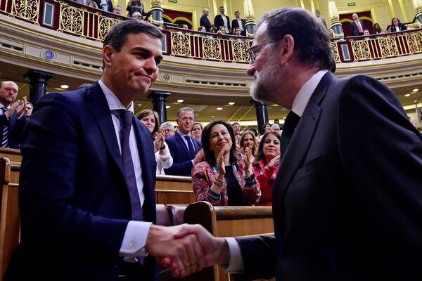 El 1 de junio el Congreso de los Diputados de España aprobó una moción de censura a Mariano Rajoy, motivada por una serie de escándalos de corrupción relacionados con el Partido Popular (PP). El líder del Partido Socialista Obrero Español (PSOE), Pedro Sánchez, fue electo como nuevo presidente de Gobierno. - Sputnik Mundo