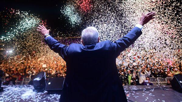 El 1 de julio el candidato de la coalición 'Juntos Haremos Historia', Andrés Manuel López Obrador, venció en las elecciones presidenciales de México con el 53% de los votos. AMLO, como es popularmente conocido, asumió el puesto el 1 de diciembre como el primer presidente de izquierda en la historia reciente de México. - Sputnik Mundo