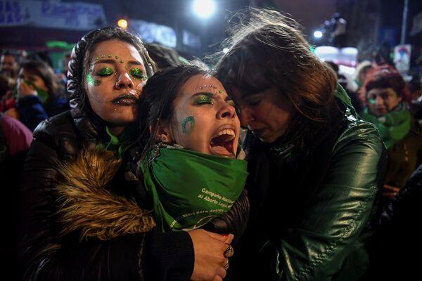 El Senado de Argentina rechazó el proyecto de ley para legalizar el aborto el 9 de agosto de 2018. La iniciativa causó gran polémica entre diferentes sectores de la sociedad. Según estimaciones, hasta 450.000 mujeres argentinas abortan cada año de forma clandestina, lo que eleva el número de muertes. - Sputnik Mundo