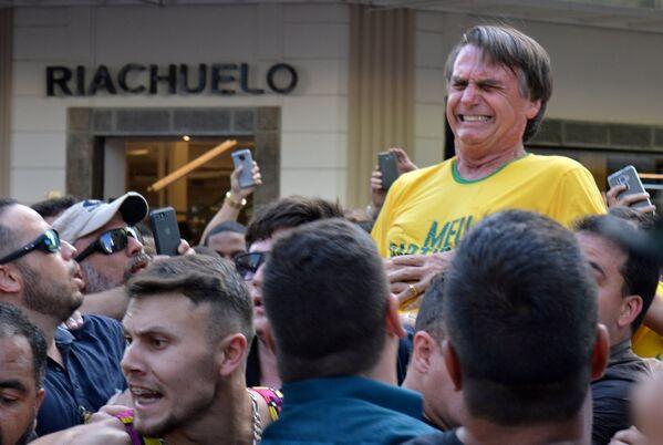 El candidato a la presidencia de Brasil, Jair Bolsonaro, fue apuñalado durante un acto de campaña en Minas Gerais el 6 de septiembre por un sujeto que fue detenido rápidamente por la multitud que lo rodeaba. La grave herida y hospitalización de Bolsonaro no le impidió vencer en las elecciones. El candidato tomará posesión el 1 de enero de 2019. - Sputnik Mundo