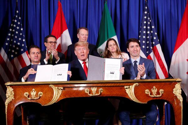 El 30 de noviembre los mandatarios de México, EEUU y Canadá firmaron un nuevo acuerdo de libre comercio, conocido como T-MEC. El pacto entrará en vigor después de ser aprobado por los Congresos de los países miembros y sustituirá al antiguo TLCAN, vigente desde 1994 y calificado por Donald Trump como uno de los peores tratados comerciales. - Sputnik Mundo