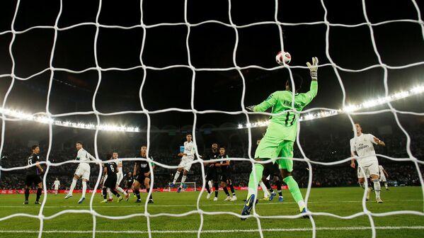 El equipo español Real Madrid hizo historia el 22 de diciembre al imponerse 4 a 1 ante el club Al Ain en Abu Dabi y ser el primer equipo en proclamarse campeón del Mundial de Clubes en tres años consecutivos. - Sputnik Mundo