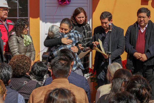 En víspera de la Navidad, la jefa de Gobierno de la Ciudad de México, Claudia Sheinbaum, presidió la entrega de 10 viviendas a las familias afectadas por el sismo del 19 de septiembre de 2017. - Sputnik Mundo