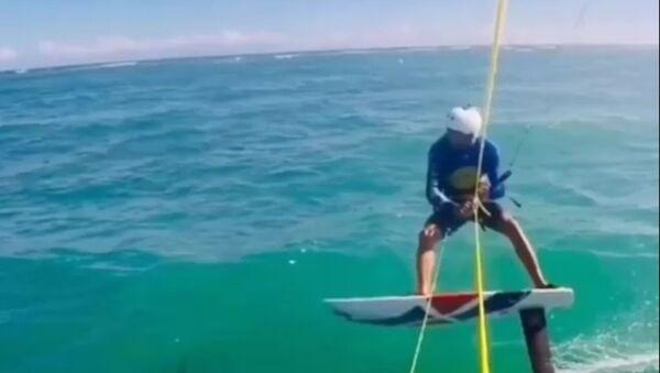 Un kitesurfista arrolla a un tiburón - Sputnik Mundo
