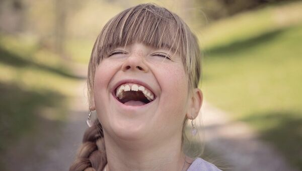 Una niña se ríe - Sputnik Mundo