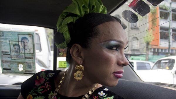 Ivonne, una muxe, viaja en taxi a una fiesta en Ciudad de México - Sputnik Mundo
