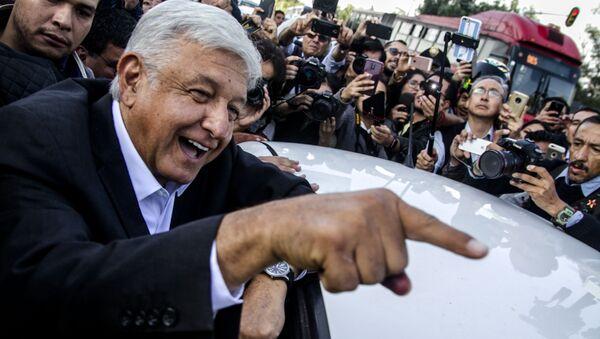 El presidente Andrés Manuel López Obrador ríe antes de entrar a su auto, en Ciudad de México - Sputnik Mundo