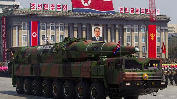 Sistema de misiles intercontinentales de Corea del Norte, mostrados en 2012 - Sputnik Mundo